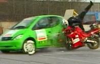 Crash test: Motorka versus osobní auto