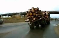 Jízda po dvou kolech s náklaďákem plným dřeva
