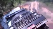 Když se pod náklaďákem propadne dřevěný most