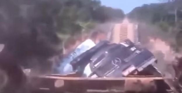 Dřebvěný most se propadne pod náklaďákem