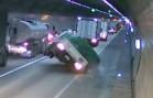 Náklaďák s hořlavinou havaruje v tunelu a začne hořet