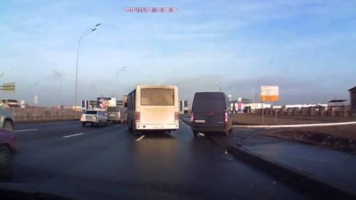 Neuvěřitelný vyhýbací manévr řidiče kamionu
