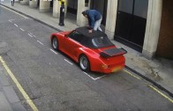 Idiot rozřezal plátěnou střechu Porsche, aby se do něj posadil