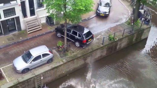 Porsche při honičce shodí Smart do vody