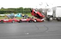 Crash test – kamion smete pět aut a dodávku