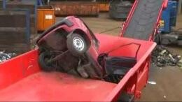 Drtič autovraků rozcupuje auto během dvou minut