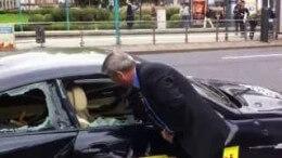 Jesli máte rádi bavoráky, na tohle nekoukejte – nespokojený majitel rozmlátí auto přímo na ulici
