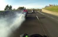 Když ráno není na dálnici mlha, motorkář ji burnoutem vyrobí