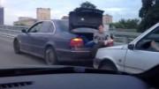 Když v Rusku nemáte lano na odtažení auta