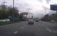 Kola a jiskry létají vzduchem – dodávce upadne za jízdy zadní tuplák