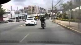 Motorkářova pomsta – kopanec do dveří a pád před další auto