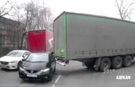 Pojedeš se mnou! Odbočující kamion zahákne a odtáhne auto