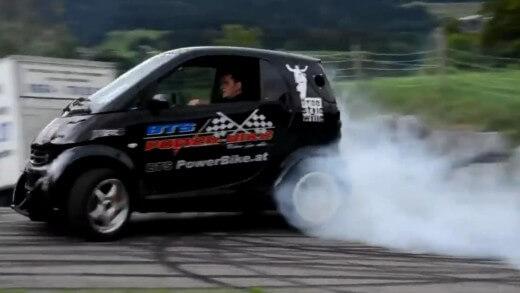 Splašený Smart – takhle jezdí vozítko s pořádným turbo motorem s Hayabusy