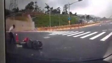 Tohle nevymyslíš! Řidič skútru zmizí v otevřeném kanálu