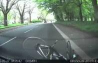 Tohle vás položí! Cyklista šlape a kouká do země. Narazí do zaparkovaného auta!