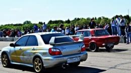 Dokonalý sleeper – červený Žigulík porazí ve sprintu Subaru
