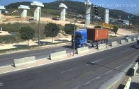 Kamion rozdrtil osobák o svodidla – všichni přežili