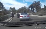 Cože? Ona vyskočí z auta a nechá ho ujet a nabourat?