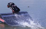 Slash 4X4 je model auta, které jezdí po hladině. Fakt!