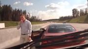 Suverén v BMW vybrzdí sanitku a školí řidiče