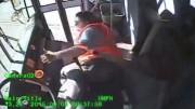 Řidička školního autobusu vypadne v zatáčce ze sedadla