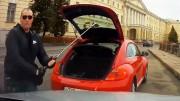 Golfovou holí rozbité čelní sklo – když se naštve řidič červeného brouka