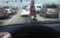 Motorkář na semaforu tančí podle hudby ve sluchátcích